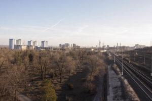 Вид слева от моста на окрестности кургана