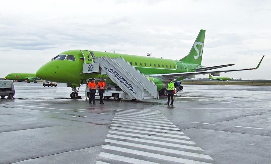 Embraer 170 на стоянке