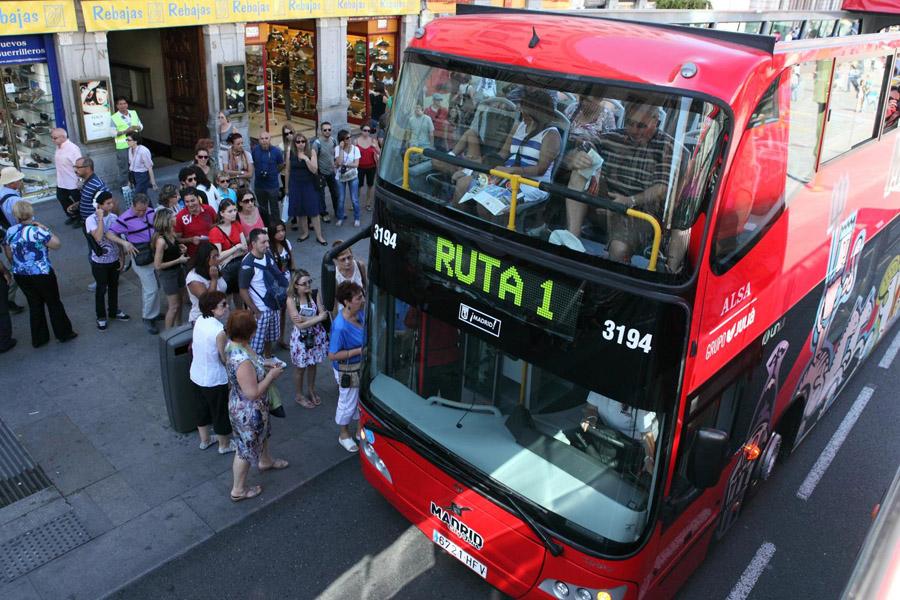 Очередь на экскурсионный автобус в Мадриде