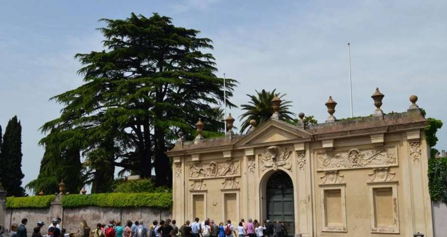 Очередь к замочной скважине в Риме