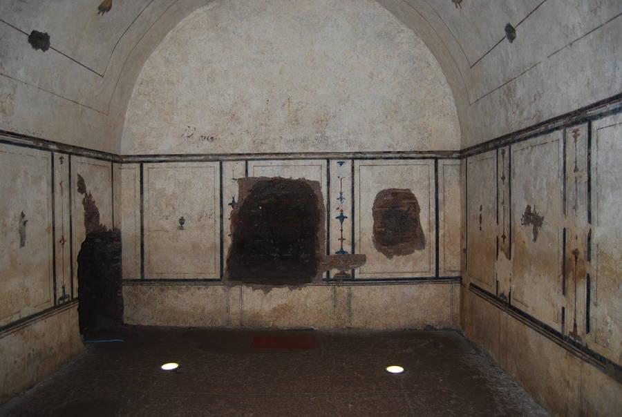 Внутри пирамиды в Риме