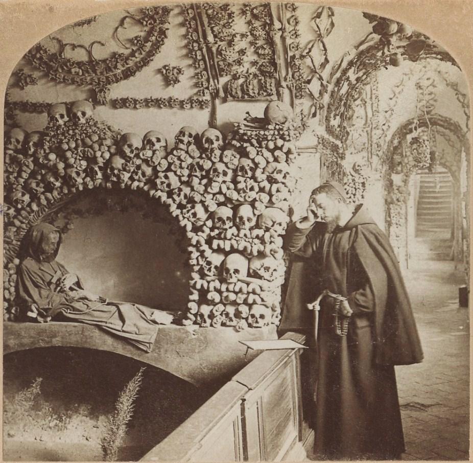 Монах в крипте капуцинов в Риме