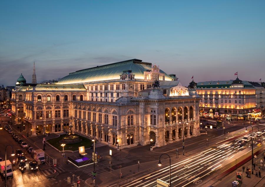 Вид на ночную государственную оперу в Вене