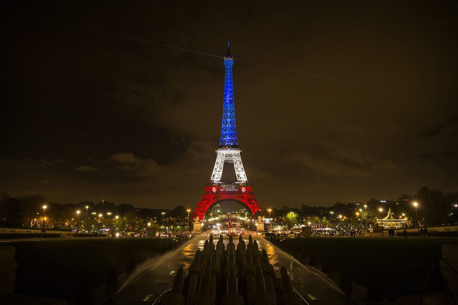 Эйфелева башня в цветах Франции