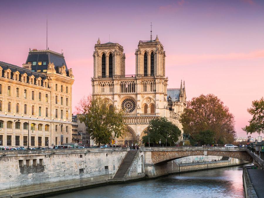 Вид с Сены на Нотр-Дам в Париже