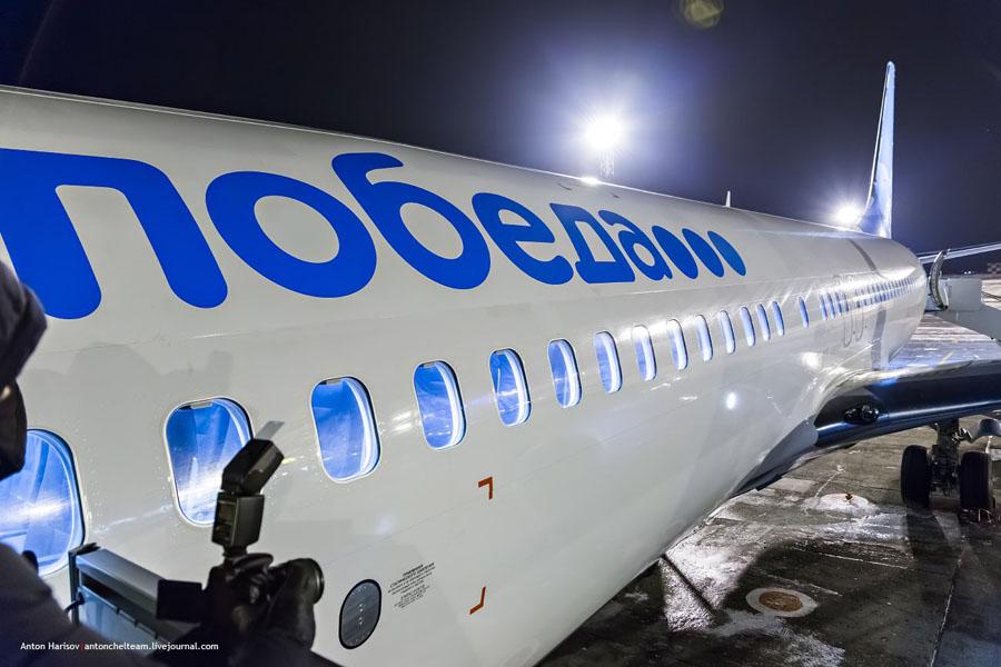 Ночной вид на самолет авиакомпании Победа