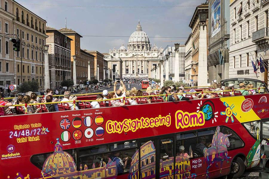 Экскурсионный автобус в Риме