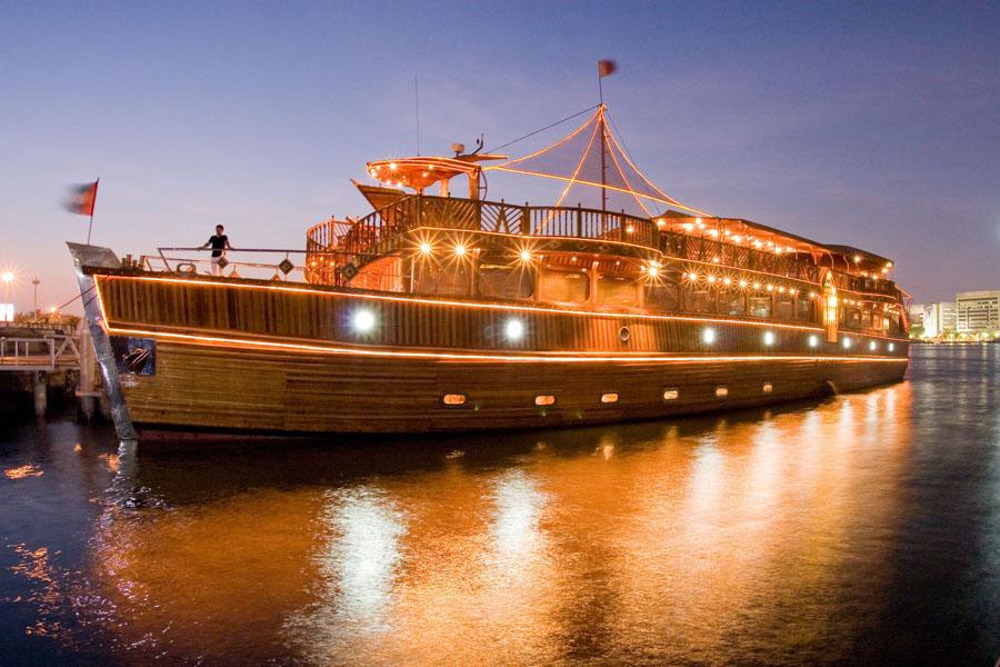 Ужин на арабской лодке