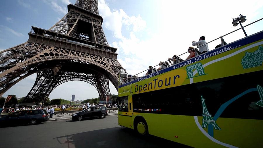 Эйфелева башня и экскурсионный автобус