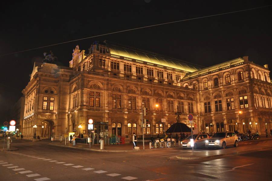 Здание венской оперы ночью