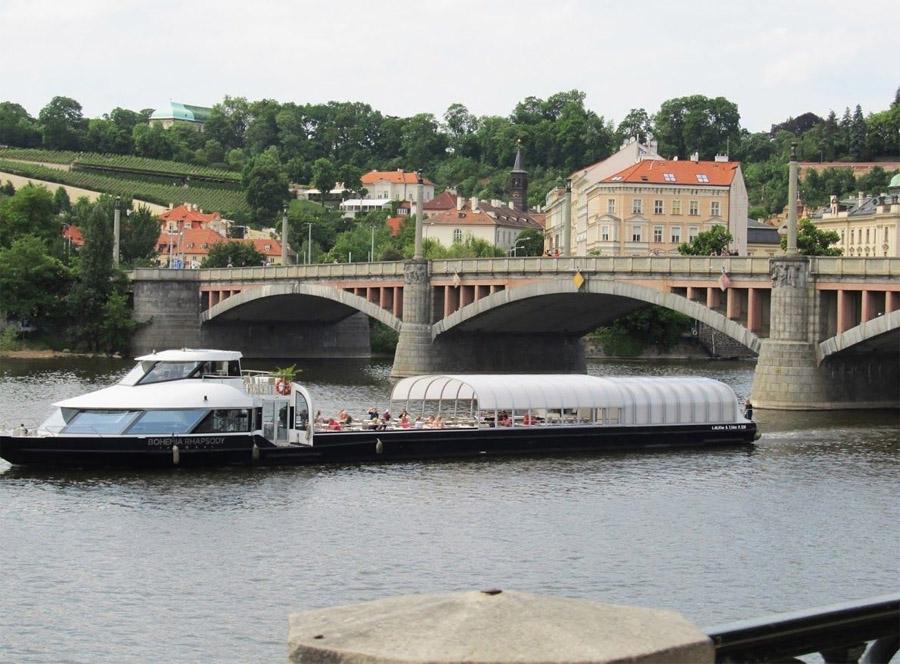 Вид на Манесов мост с воды