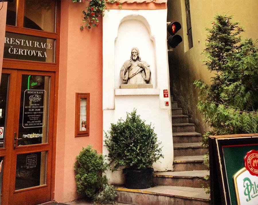 Вход в ресторан Винарна Чертовка