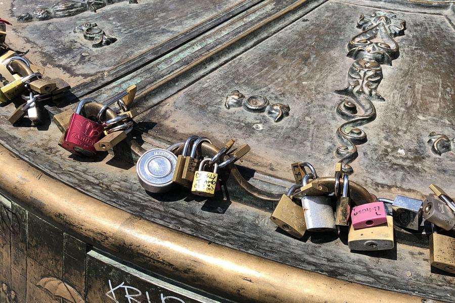 Замки на площади Майор