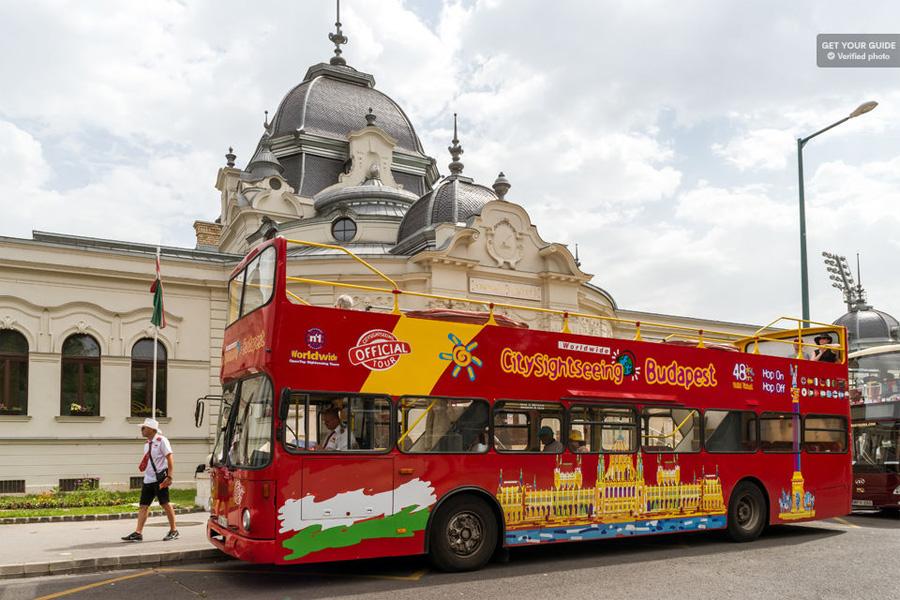 Красный автобус в Будапеште
