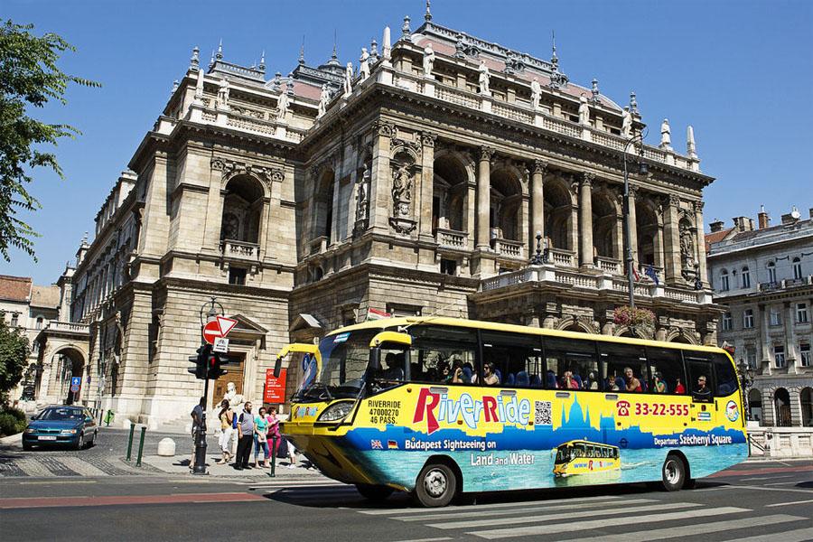 Плавающий автобус в Будапеште