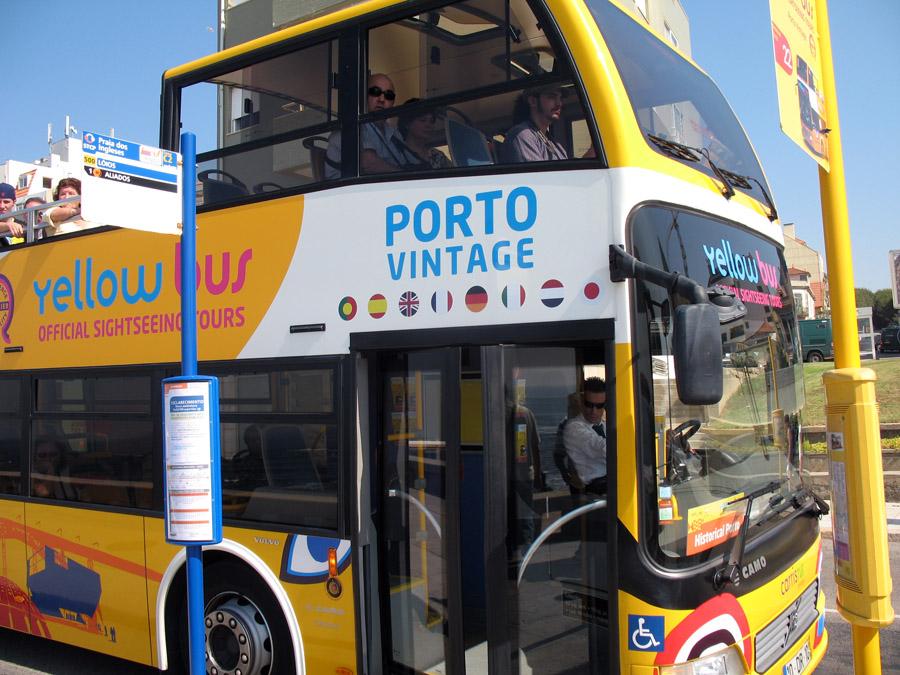 Желтый автобус в Порту