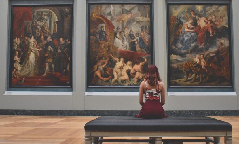 Женщина в Лувре